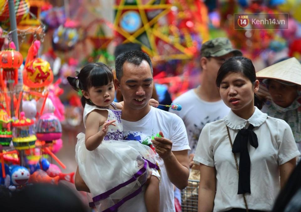 Ảnh: Chợ Trung thu truyền thống Hà Nội đông đúc ngày cuối tuần - Ảnh 2.