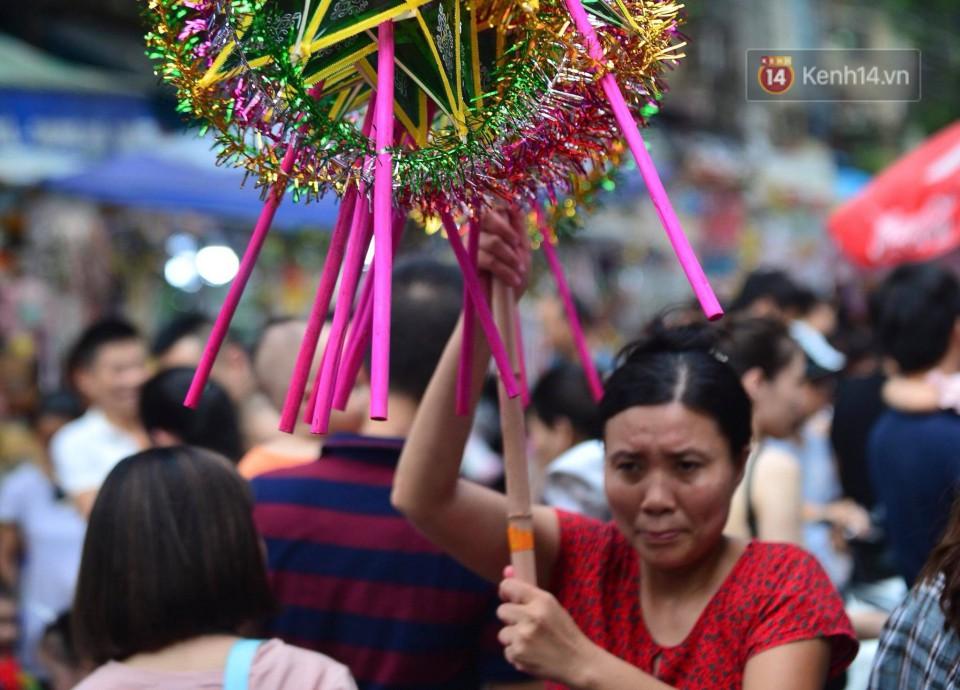 Ảnh: Chợ Trung thu truyền thống Hà Nội đông đúc ngày cuối tuần - Ảnh 7.