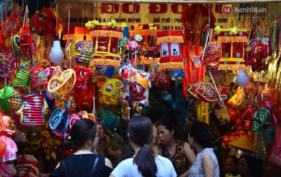 Ảnh: Chợ Trung thu truyền thống Hà Nội đông đúc ngày cuối tuần - Ảnh 4.