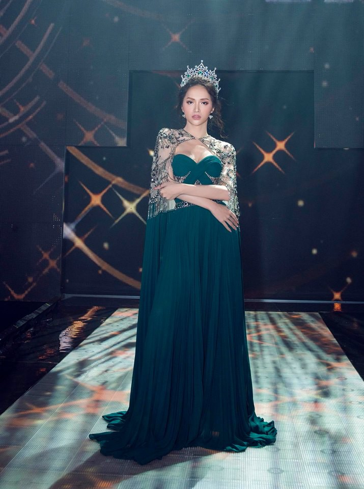Một chiếc váy 2 sắc thái: Hương Giang tỏa sáng đúng kiểu hoa hậu, Nam Em lại như mệnh phụ phu nhân - Ảnh 2.
