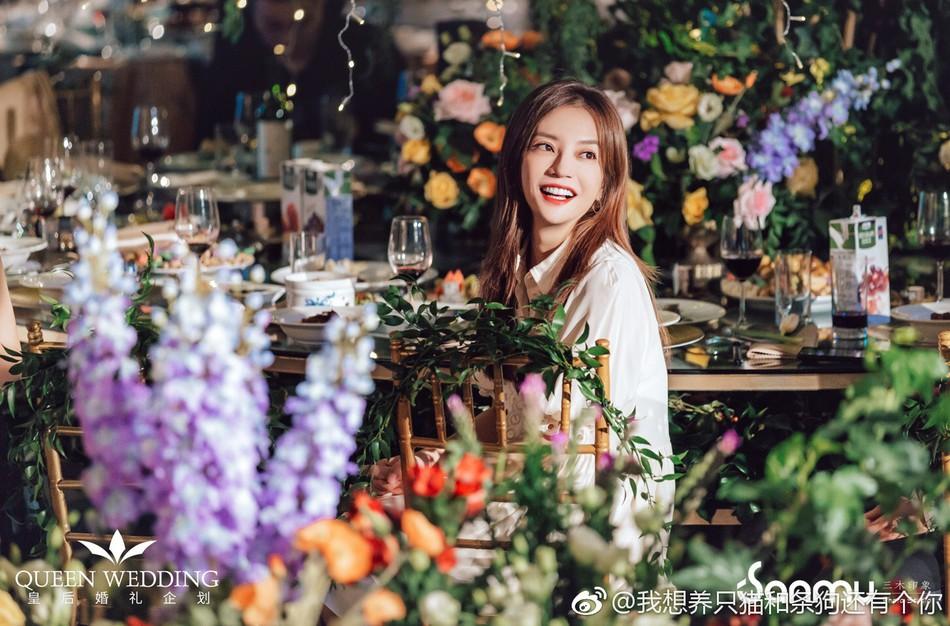 Đám cưới nhỏ bỗng chốc trở thành tiêu điểm chú ý vì sự xuất hiện đẹp hơn hoa của Triệu Vy - Ảnh 2.