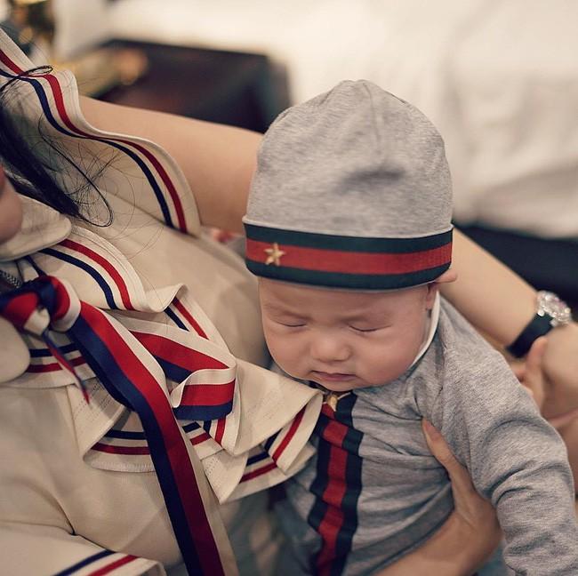 Sinh nhật 1 tuổi của con trai Huyền Baby, hết mẹ đến con dát đồ hiệu gần trăm triệu đồng - Ảnh 10.