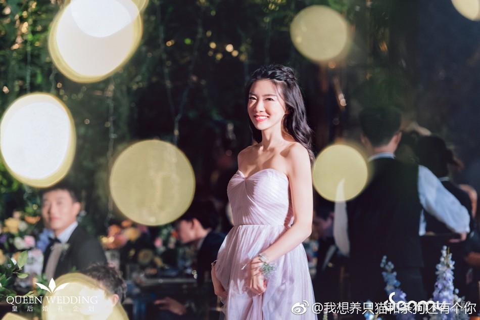 Đám cưới nhỏ bỗng chốc trở thành tiêu điểm chú ý vì sự xuất hiện đẹp hơn hoa của Triệu Vy - Ảnh 4.