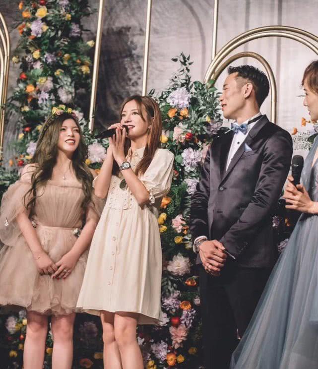 Đám cưới nhỏ bỗng chốc trở thành tiêu điểm chú ý vì sự xuất hiện đẹp hơn hoa của Triệu Vy - Ảnh 1.