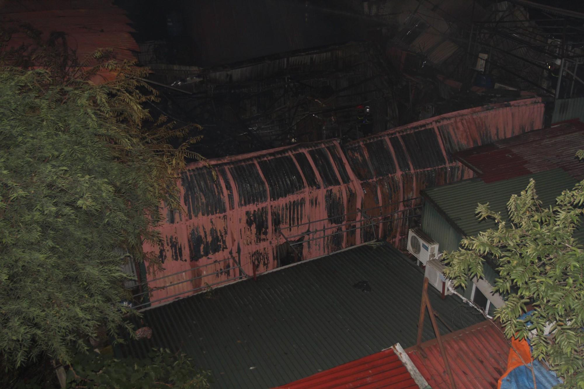 Nóng: Cháy lan kinh hoàng cả dãy trọ gần viện Nhi ở Hà Nội, nhiều người ôm mặt khóc nức nở - Ảnh 25.