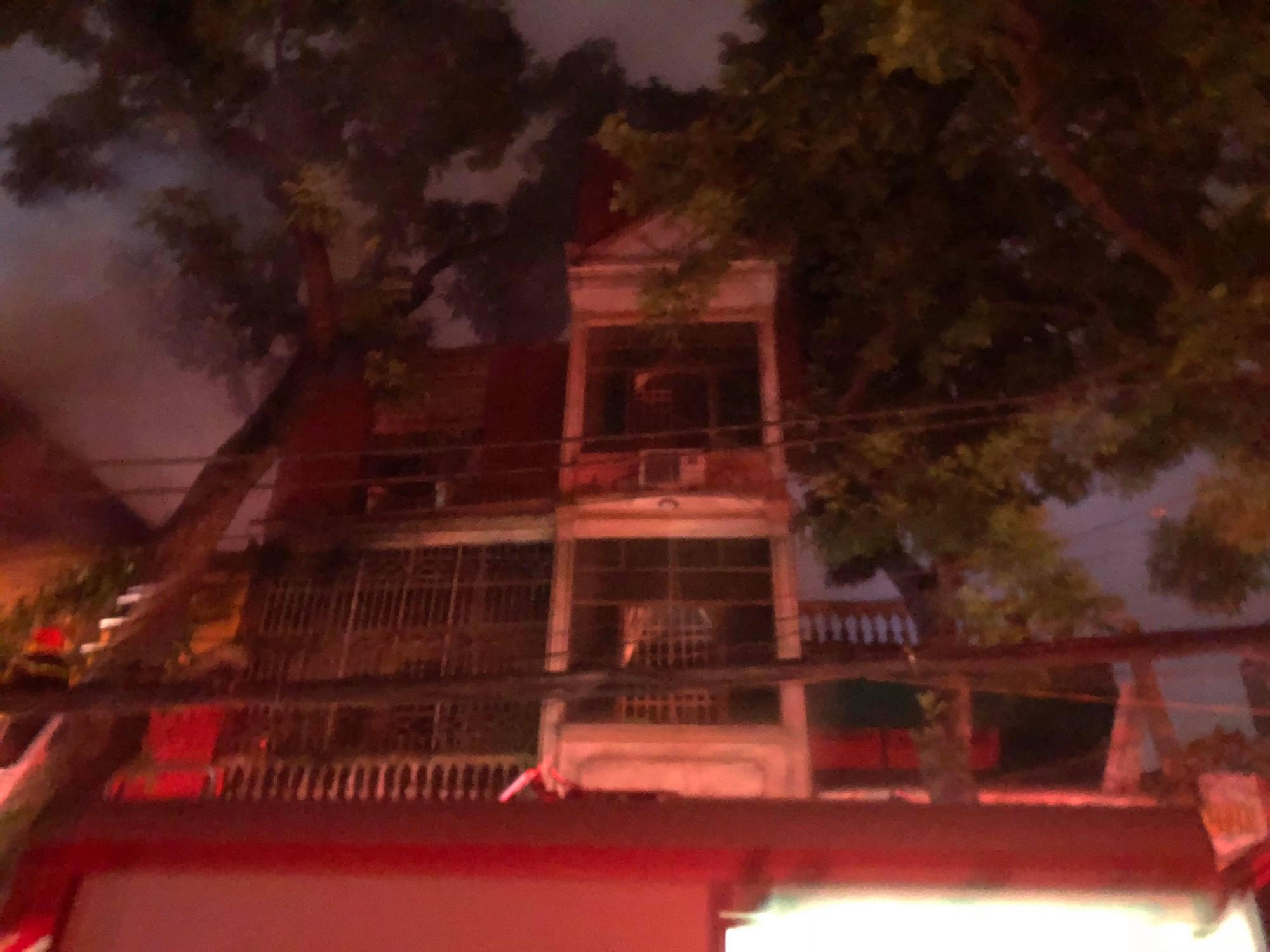 Nóng: Cháy lan kinh hoàng cả dãy trọ gần viện Nhi ở Hà Nội, nhiều người ôm mặt khóc nức nở - Ảnh 6.