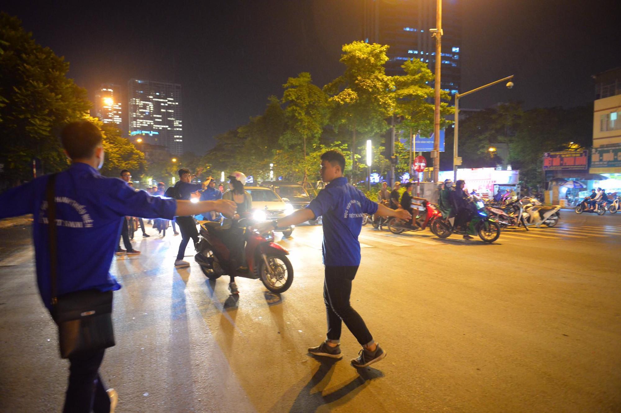 Nóng: Cháy lan kinh hoàng cả dãy trọ gần viện Nhi ở Hà Nội, nhiều người ôm mặt khóc nức nở - Ảnh 23.
