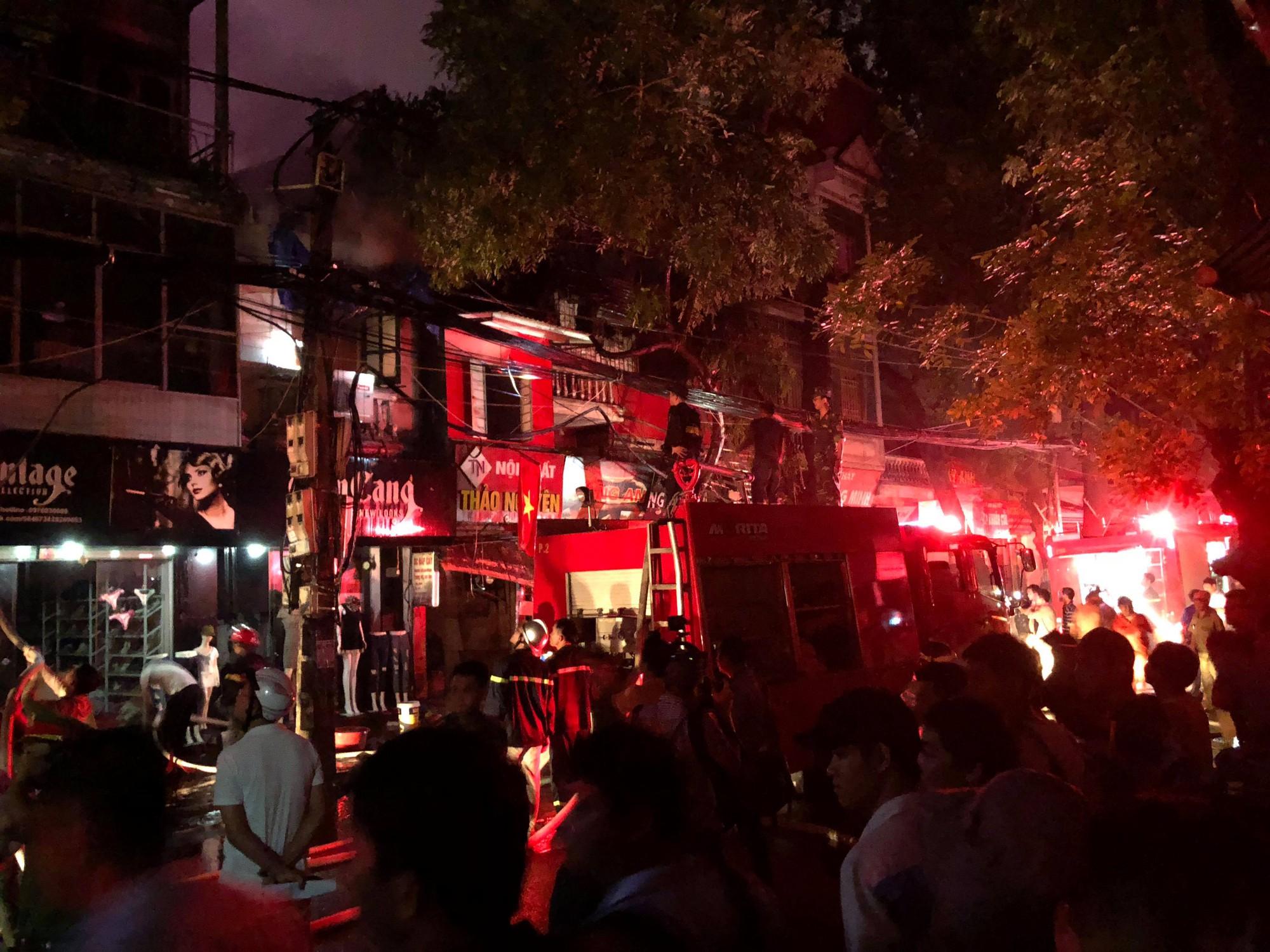 Nóng: Cháy lan kinh hoàng cả dãy trọ gần viện Nhi ở Hà Nội, nhiều người ôm mặt khóc nức nở - Ảnh 10.