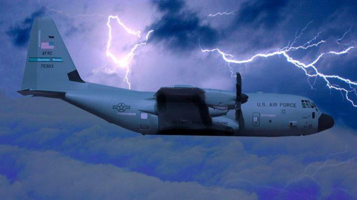 Nghề săn bão - những người bay thẳng vào giữa tâm siêu bão vì mục đích khoa học - Ảnh 2.