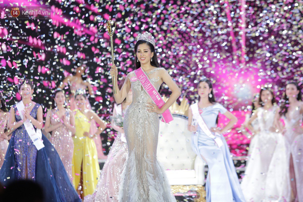 Hết ứng xử lúng túng, Tân Hoa hậu Việt Nam 2018 lại gây khó hiểu vì trả lời phỏng vấn ngây ngô sau đêm chung kết - Ảnh 2.