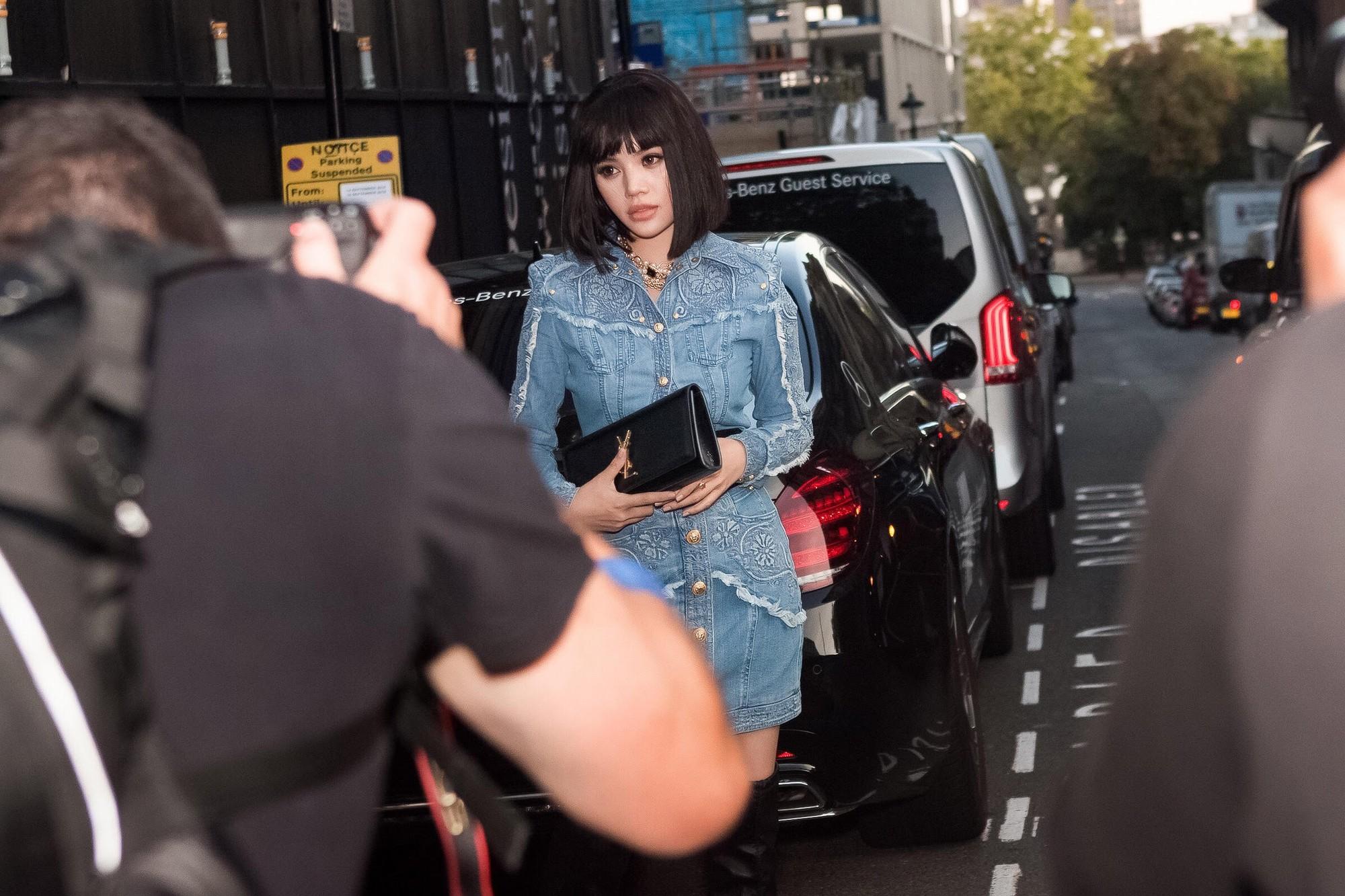 Không chỉ thu hút giới truyền thông với bộ cánh đẳng cấp, Jolie Nguyễn còn gặp người quen ngay tại show - Ảnh 2.
