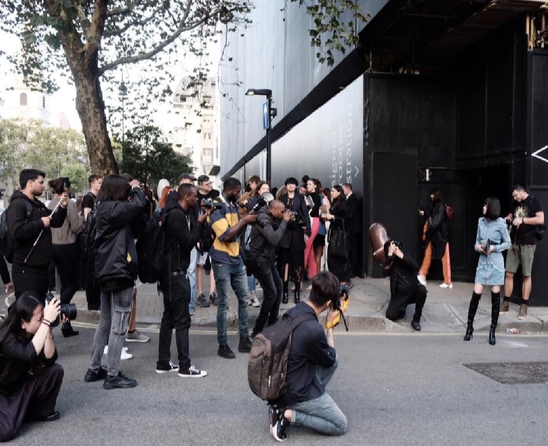 Không chỉ thu hút giới truyền thông với bộ cánh đẳng cấp, Jolie Nguyễn còn gặp người quen ngay tại show - Ảnh 10.