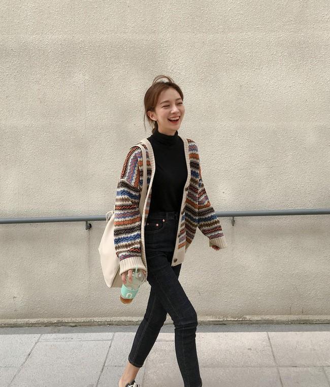 Chưa lạnh hẳn nhưng áo len và cardigan đã rục rịch phủ kín street style Châu Á tuần này - Ảnh 9.