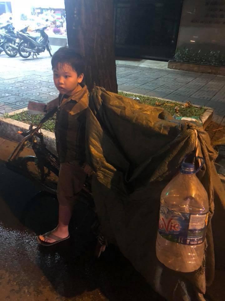 Món quà đầu năm học mới dành cho cậu bé hằng đêm nhặt ve chai đến 3 giờ sáng ở Sài Gòn - Ảnh 3.