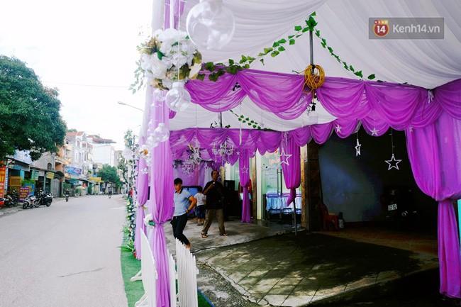 Khung cảnh đám cưới lãng mạn trong giờ phút cô dâu 62 tuổi chuẩn bị lên xe hoa về nhà chồng 26 tuổi - Ảnh 1.
