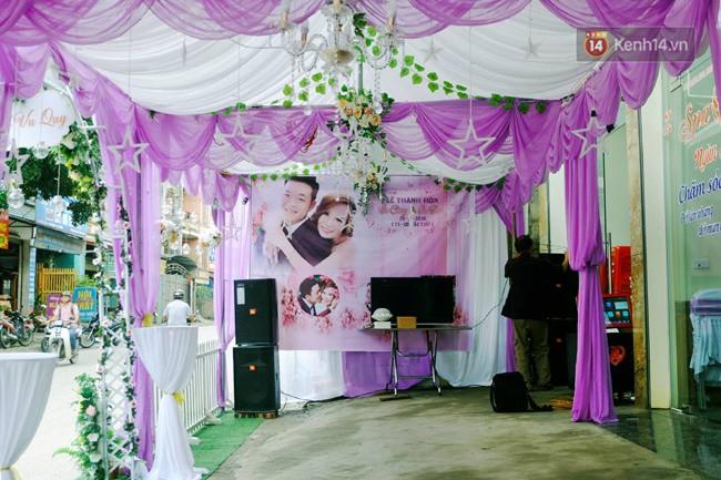 Khung cảnh đám cưới lãng mạn trong giờ phút cô dâu 62 tuổi chuẩn bị lên xe hoa về nhà chồng 26 tuổi - Ảnh 2.