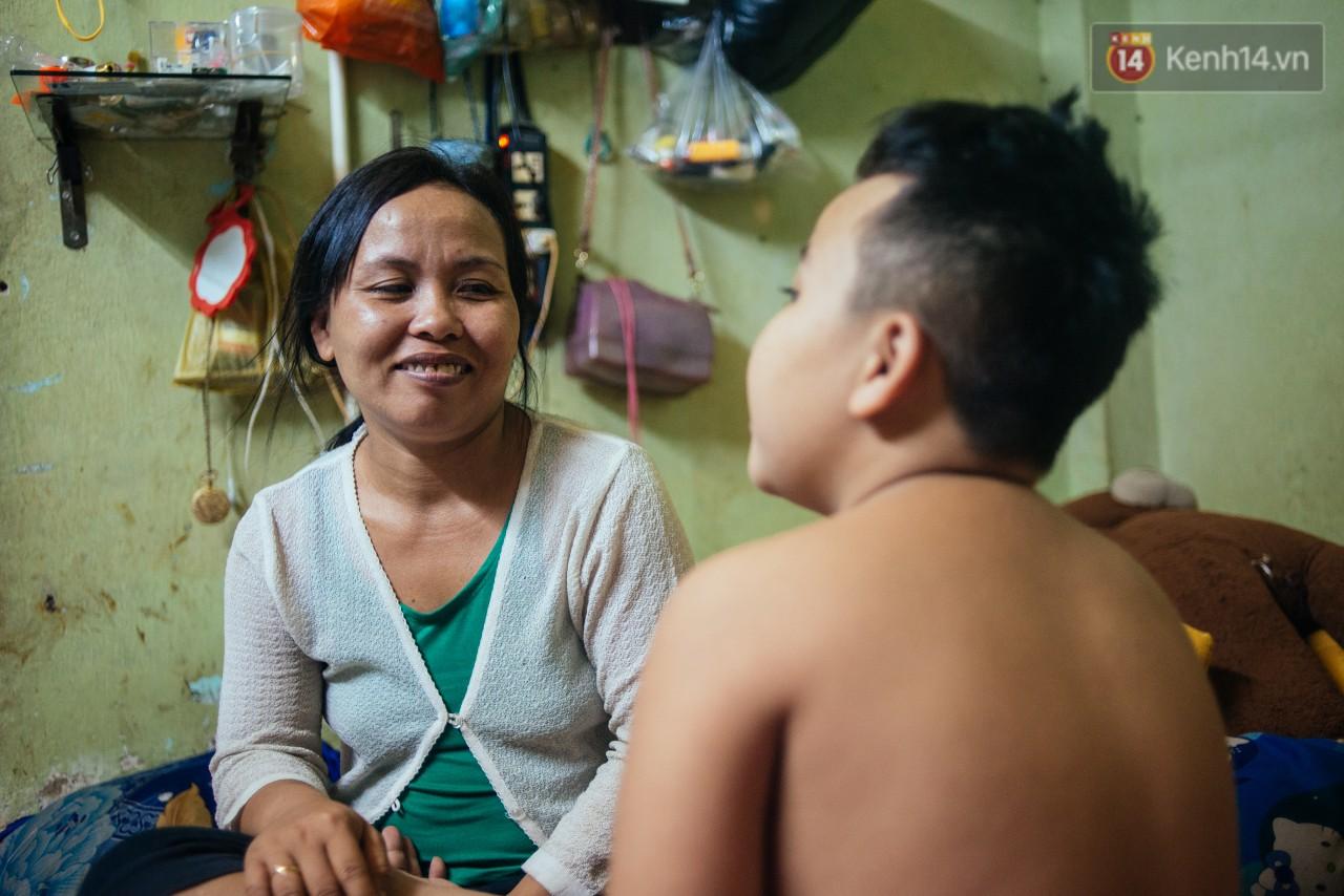 Món quà đầu năm học mới dành cho cậu bé hằng đêm nhặt ve chai đến 3 giờ sáng ở Sài Gòn - Ảnh 1.