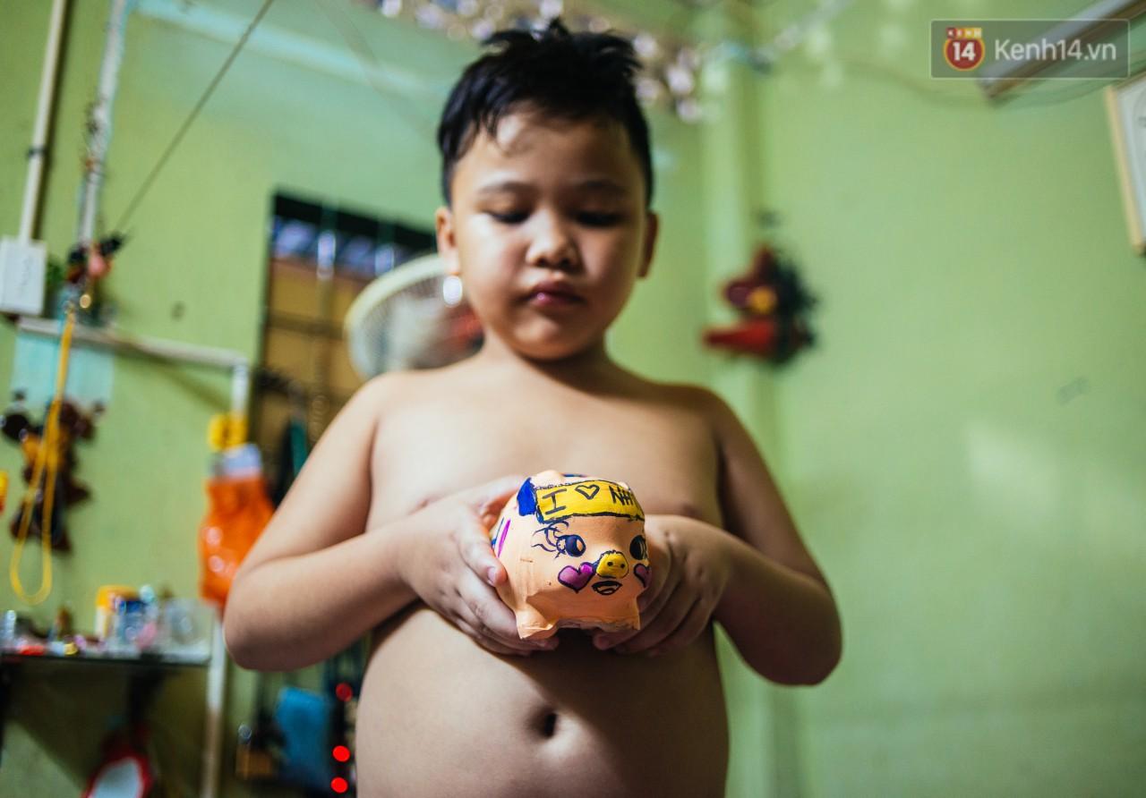 Món quà đầu năm học mới dành cho cậu bé hằng đêm nhặt ve chai đến 3 giờ sáng ở Sài Gòn - Ảnh 4.