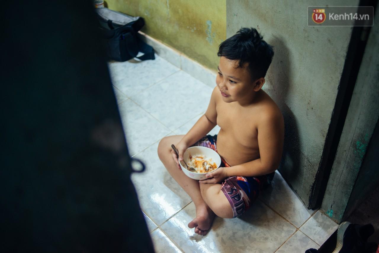 Món quà đầu năm học mới dành cho cậu bé hằng đêm nhặt ve chai đến 3 giờ sáng ở Sài Gòn - Ảnh 2.