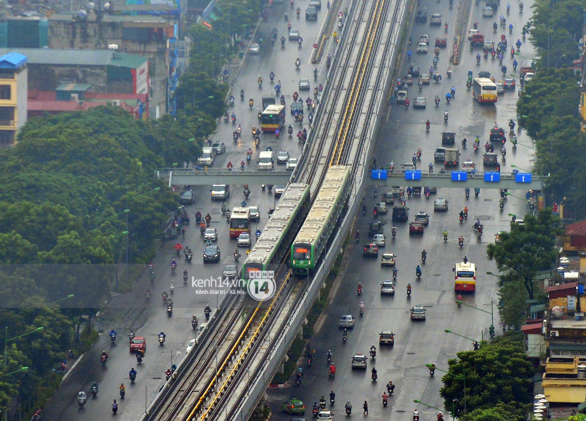 Ảnh, clip: 4 đoàn tàu đường sắt trên cao bất ngờ di chuyển trong mưa trước ngày chạy thử - Ảnh 6.