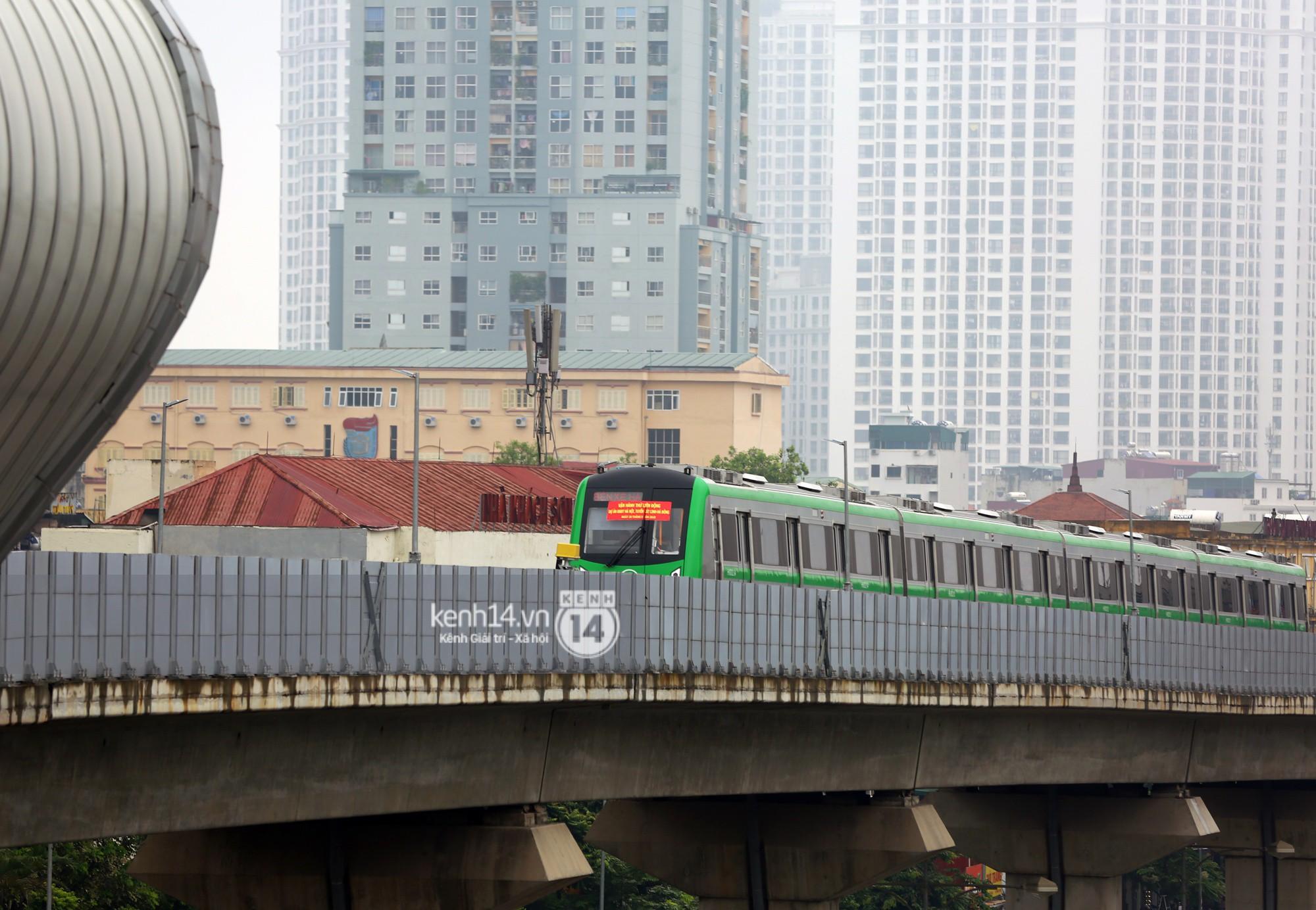 Ảnh, clip: 4 đoàn tàu đường sắt trên cao bất ngờ di chuyển trong mưa trước ngày chạy thử - Ảnh 12.