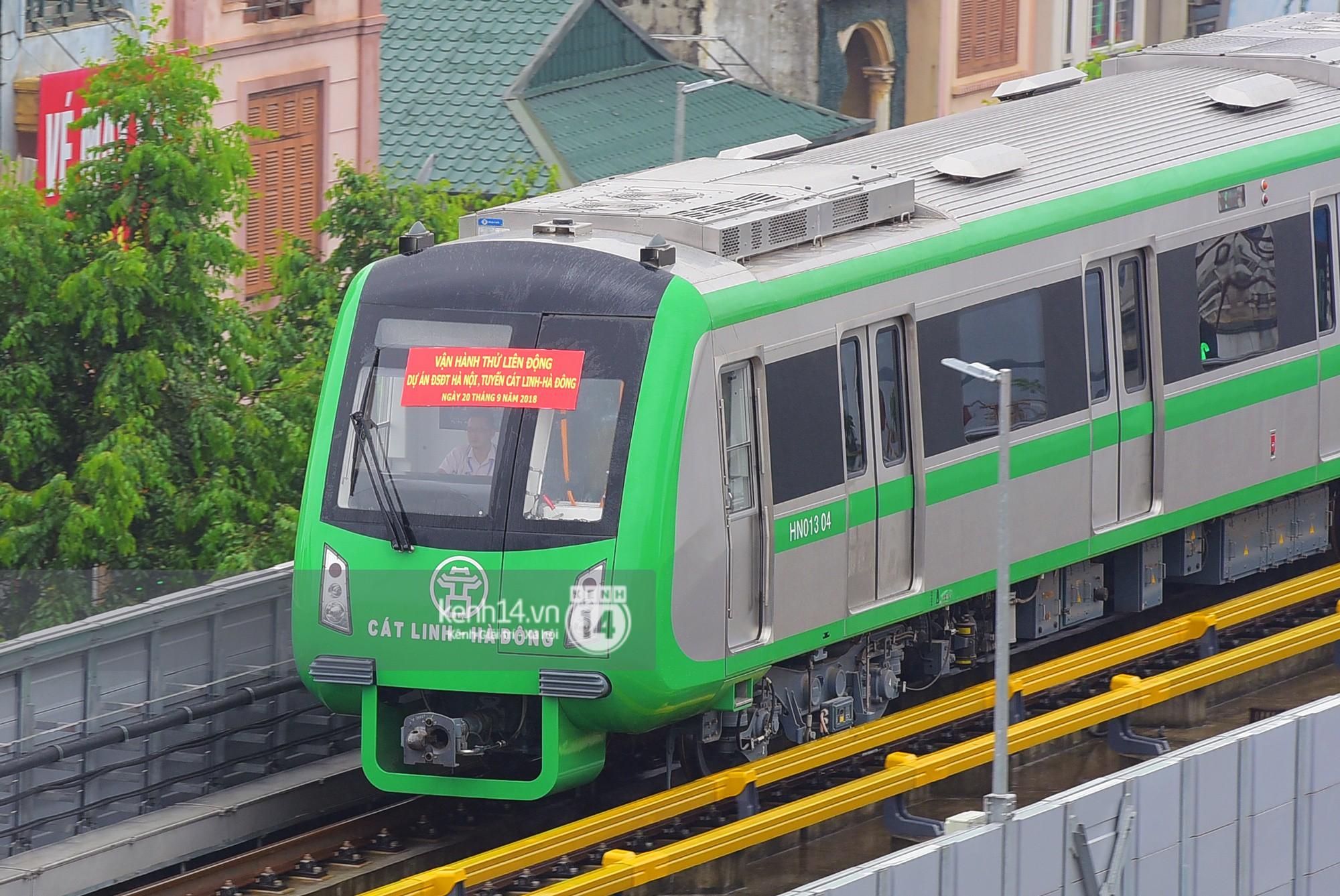 Ảnh, clip: 4 đoàn tàu đường sắt trên cao bất ngờ di chuyển trong mưa trước ngày chạy thử - Ảnh 7.