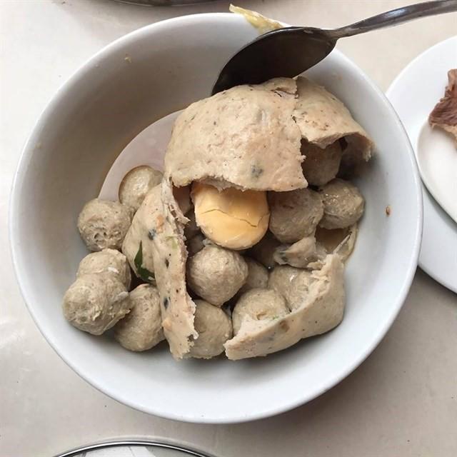Không chỉ xuất hiện trong mì, hủ tiếu... bò viên ở Sài Gòn còn có nhiều kiểu thưởng thức độc đáo - Ảnh 7.