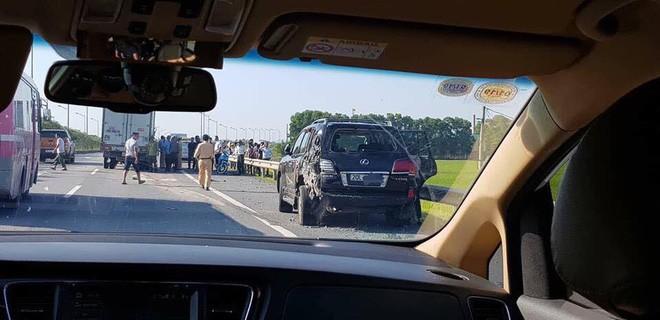 Hiện trường vụ tài xế Lexus biển tứ quý 8 bị xe tải đâm tử vong khi làm việc với CSGT - Ảnh 5.
