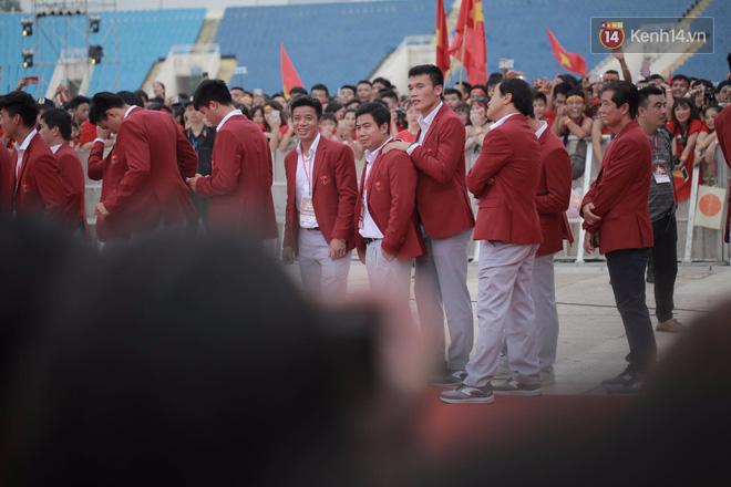 Ảnh: Các cầu thủ Olympic Việt Nam xuống sân Mỹ Đình tham dự lễ vinh danh trong sự reo hò của hàng ngàn người hâm mộ - Ảnh 10.