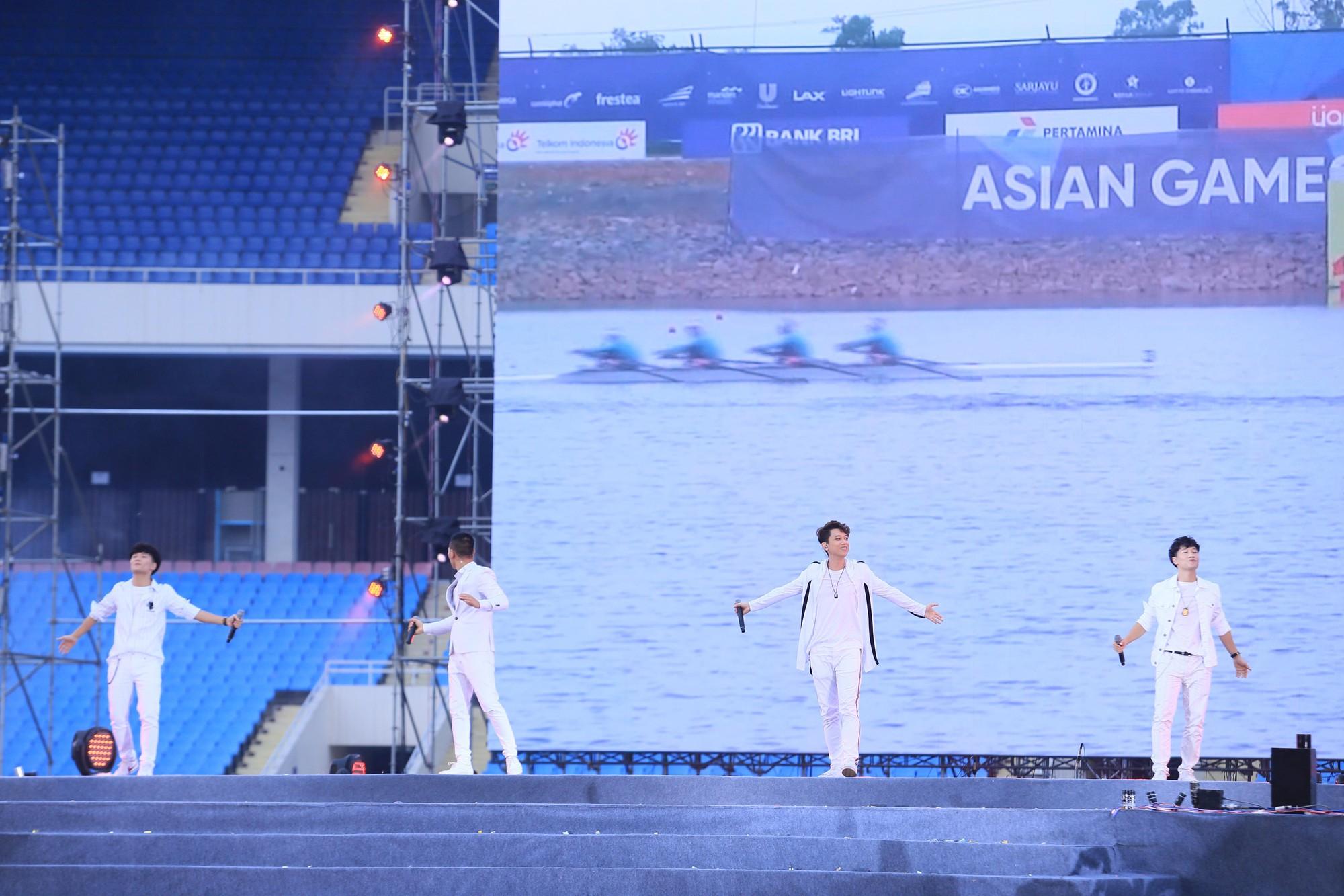 Thu Minh, Tùng Dương, Oplus,... cùng nhau hoà giọng mừng đội tuyển Olympic Việt Nam trở về từ ASIAD 2018 - Ảnh 9.