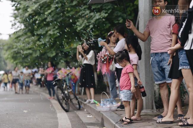 Ảnh: Người dân Hà Nội tấp nập đổ về phố đi bộ vui chơi dịp nghỉ lễ Quốc khánh 2/9 bất chấp trời mưa - Ảnh 12.