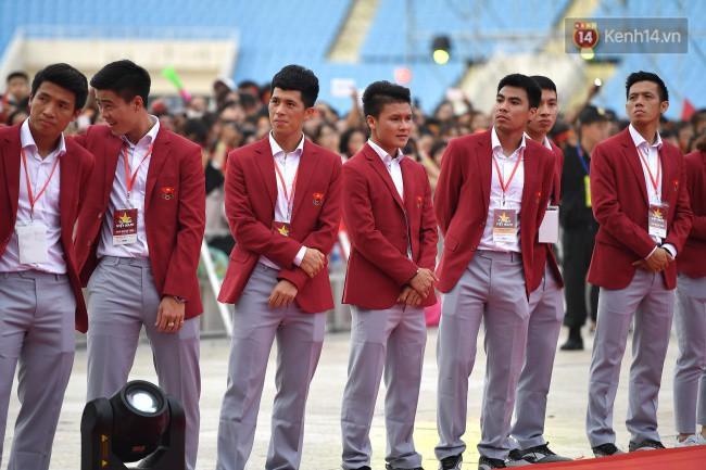 Ảnh: Các cầu thủ Olympic Việt Nam xuống sân Mỹ Đình tham dự lễ vinh danh trong sự reo hò của hàng ngàn người hâm mộ - Ảnh 9.