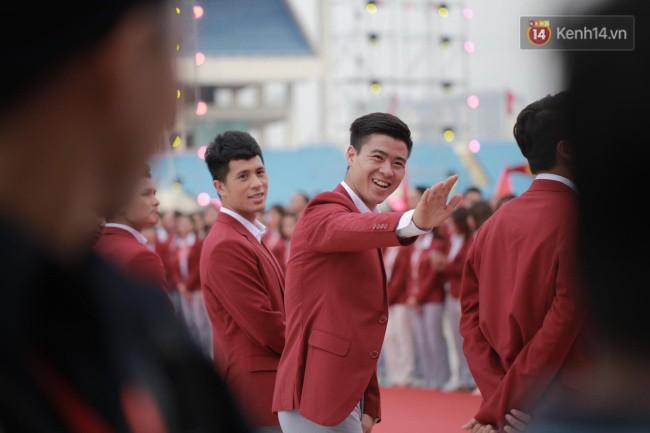 Ảnh: Các cầu thủ Olympic Việt Nam xuống sân Mỹ Đình tham dự lễ vinh danh trong sự reo hò của hàng ngàn người hâm mộ - Ảnh 5.