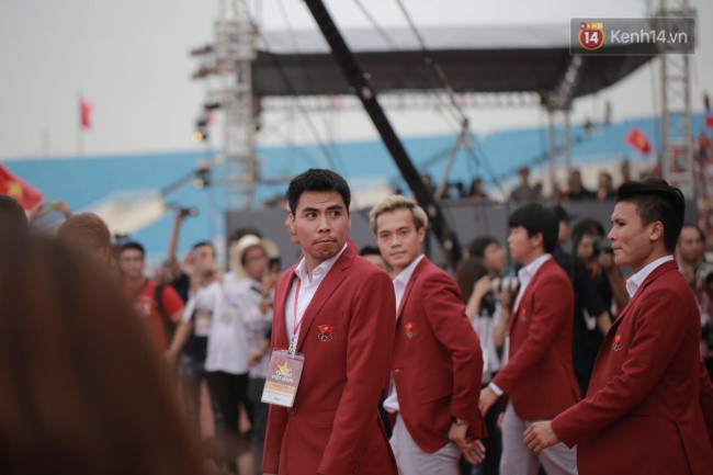 Ảnh: Các cầu thủ Olympic Việt Nam xuống sân Mỹ Đình tham dự lễ vinh danh trong sự reo hò của hàng ngàn người hâm mộ - Ảnh 7.