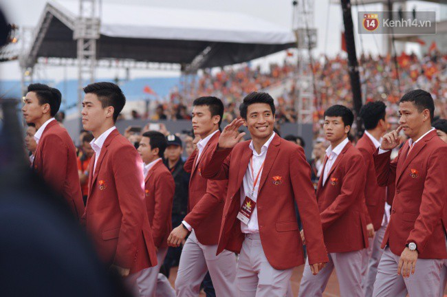 Ảnh: Các cầu thủ Olympic Việt Nam xuống sân Mỹ Đình tham dự lễ vinh danh trong sự reo hò của hàng ngàn người hâm mộ - Ảnh 4.