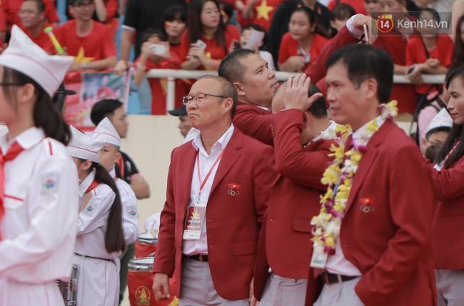 Ảnh: Các cầu thủ Olympic Việt Nam xuống sân Mỹ Đình tham dự lễ vinh danh trong sự reo hò của hàng ngàn người hâm mộ - Ảnh 3.