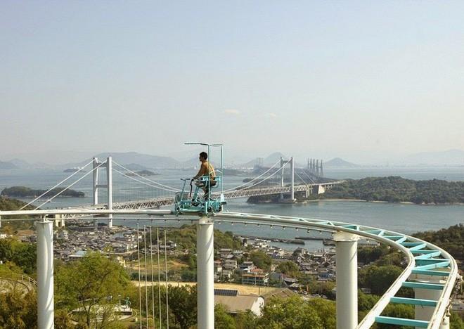Phải là người bạo gan lắm mới dám đạp xe trên đường ray cao tới hàng chục mét này tại Nhật Bản - Ảnh 5.
