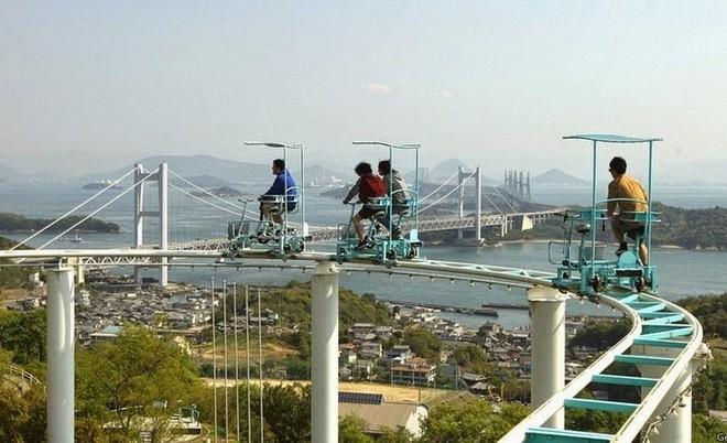 Phải là người bạo gan lắm mới dám đạp xe trên đường ray cao tới hàng chục mét này tại Nhật Bản - Ảnh 6.