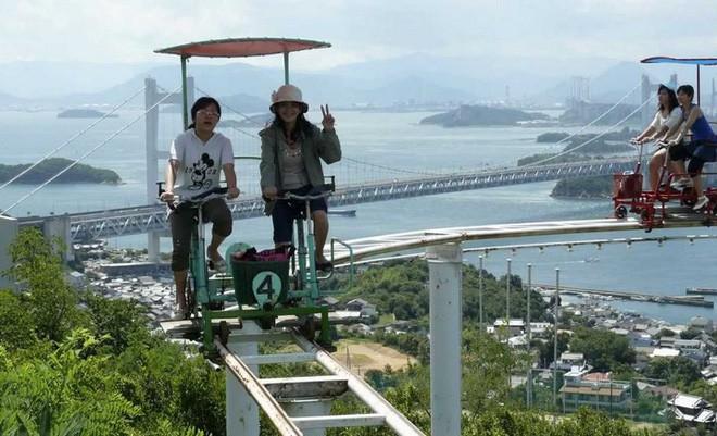 Phải là người bạo gan lắm mới dám đạp xe trên đường ray cao tới hàng chục mét này tại Nhật Bản - Ảnh 8.