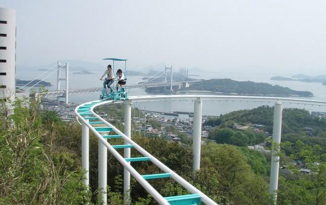 Phải là người bạo gan lắm mới dám đạp xe trên đường ray cao tới hàng chục mét này tại Nhật Bản - Ảnh 9.