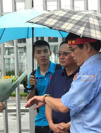 Hùng Dũng chờ đồng đội ở sân bay, Xuân Mạnh và Văn Đức không tham dự gala vinh danh