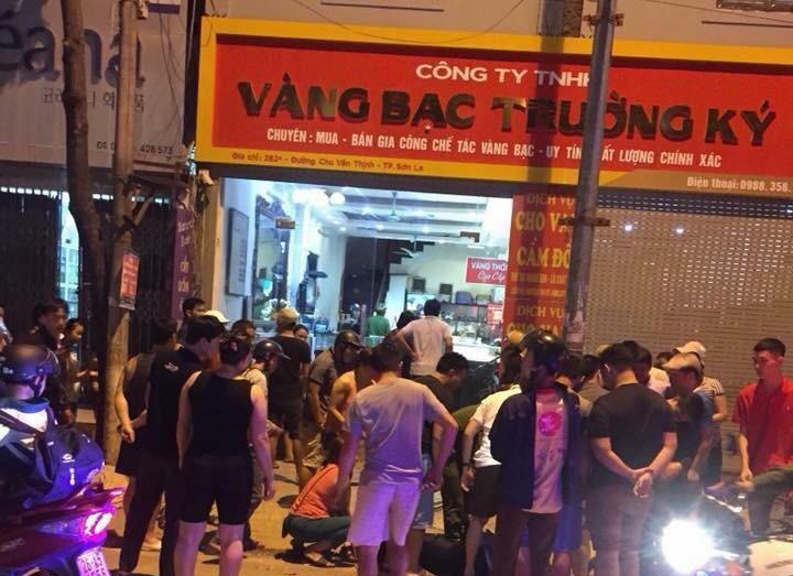 3 đối tượng mang súng, đi ô tô vào cướp tiệm vàng tại Sơn La - Ảnh 2.