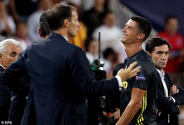 Ronaldo vừa đi vừa khóc tức tưởi vì bị trọng tài đuổi khỏi sân - Ảnh 9.