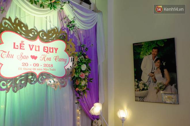 Cô dâu 62 tuổi xúc động khi chú rể 26 tuổi yêu cầu giữ nguyên bức hình cưới với chồng quá cố ở phòng khách - Ảnh 1.