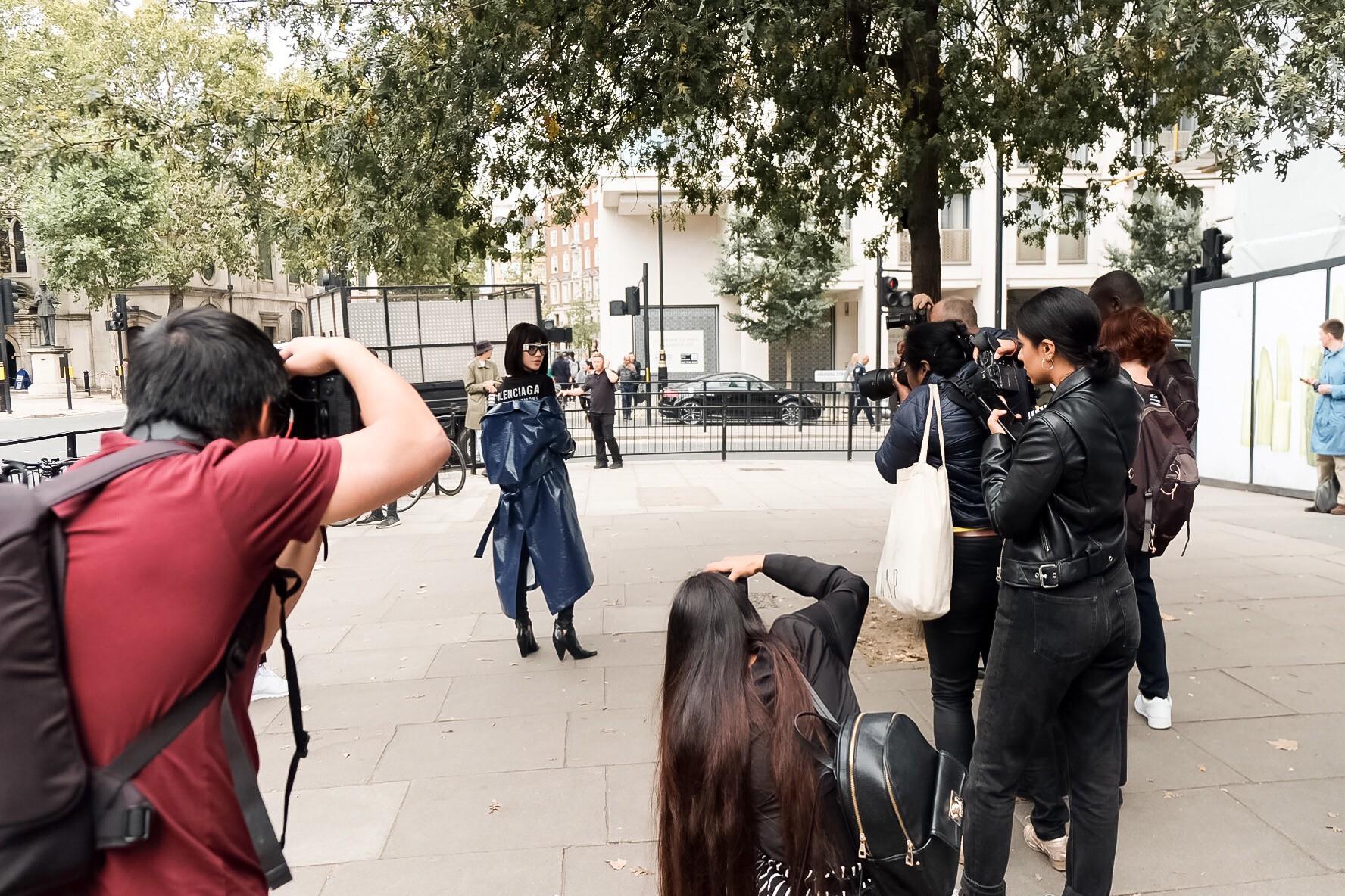 Bay show tới tấp tại London Fashion Week, Jolie Nguyễn vẫn giữ được phong độ thời trang trên hàng ghế đầu - Ảnh 9.
