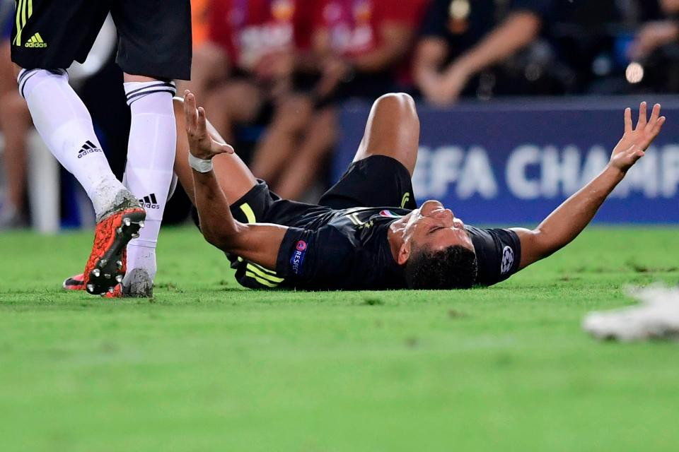 Ronaldo vừa đi vừa khóc tức tưởi vì bị trọng tài đuổi khỏi sân - Ảnh 3.