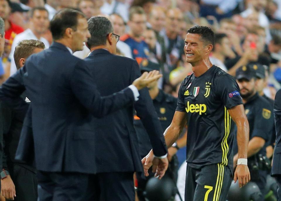 Ronaldo vừa đi vừa khóc tức tưởi vì bị trọng tài đuổi khỏi sân - Ảnh 6.