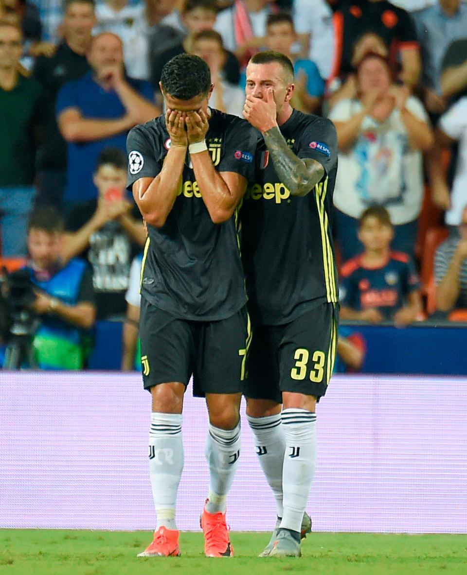 Ronaldo vừa đi vừa khóc tức tưởi vì bị trọng tài đuổi khỏi sân - Ảnh 5.