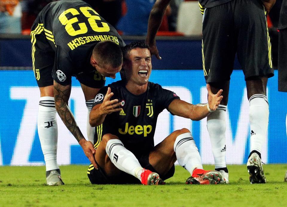 Ronaldo vừa đi vừa khóc tức tưởi vì bị trọng tài đuổi khỏi sân - Ảnh 4.