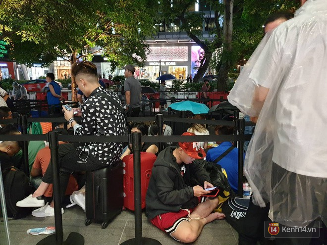 Mặc kệ trời mưa to, hàng dài dân buôn Việt xếp kín trước cửa Apple Store chờ mua iPhone XS mới - Ảnh 2.